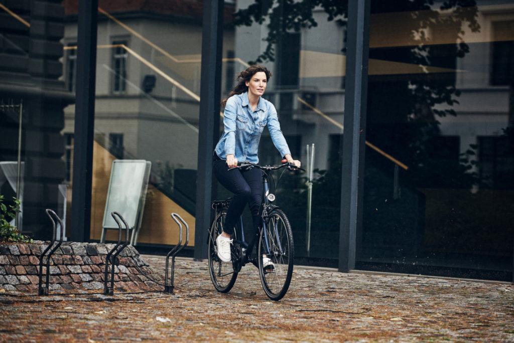 Femme sur un vélo de ville