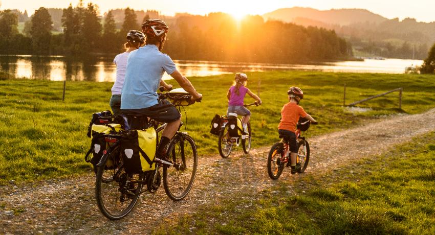 Famille qui voyage à vélo avec équipement Ortlieb