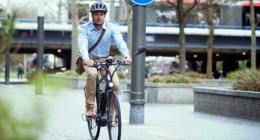 Cycliste roulant sur un vélo électrique speed