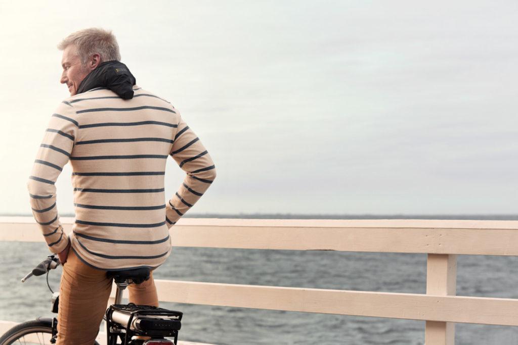 Cycliste avec un airbag vélo vu de dos