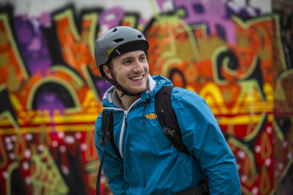 Cycliste avec un casque Bern Berkeley