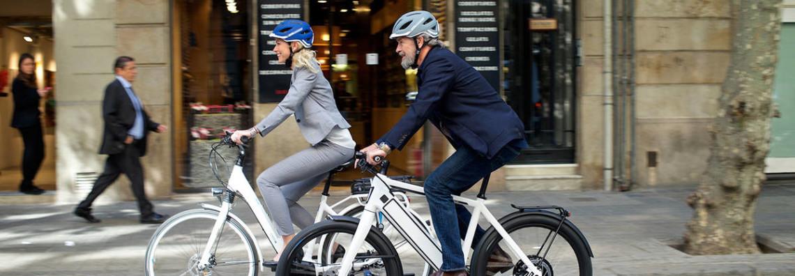 Deux cyclistes avec casque Abus sur un vélo électrique