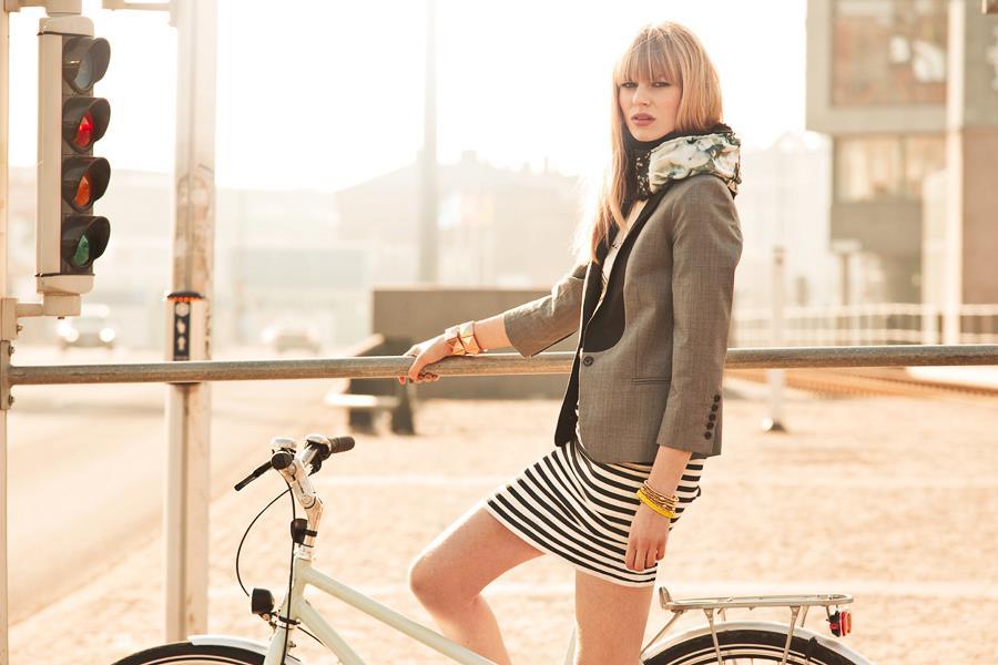 Femme à vélo, portant un airbag cycliste