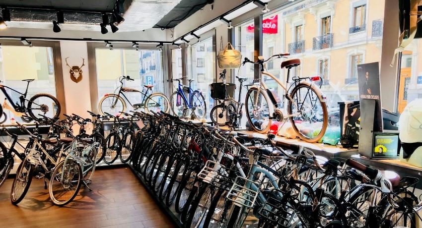 Gamme de vélos électriques dans le magasin Cyclable Genève Plainpalais