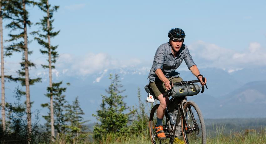 Cycliste sur vélo de route équipé bikepacking