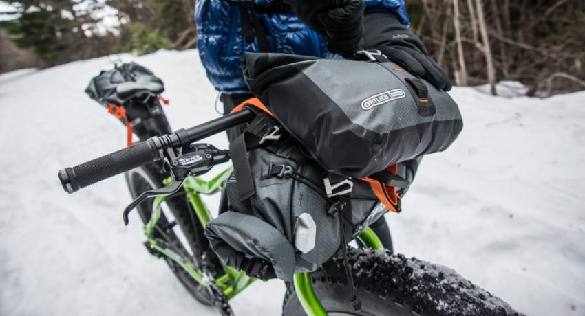Fatbike dans la neige complètement équipé de sacoches bikepacking