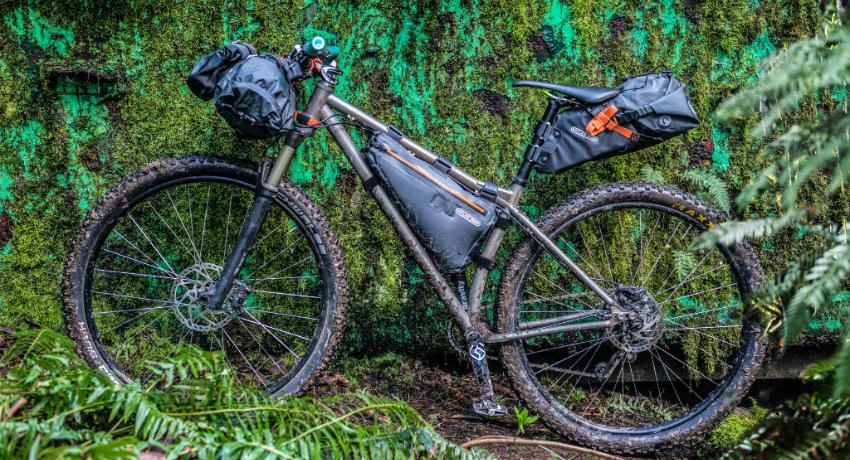 Vélo équipé de sacoches de bikepacking après une sortie forêt