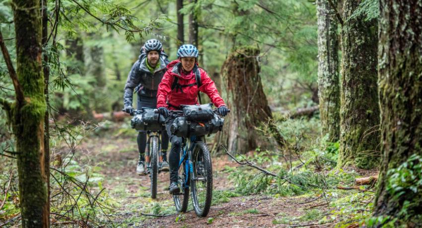 Sacoches bikepacking : équiper son vélo et partir léger