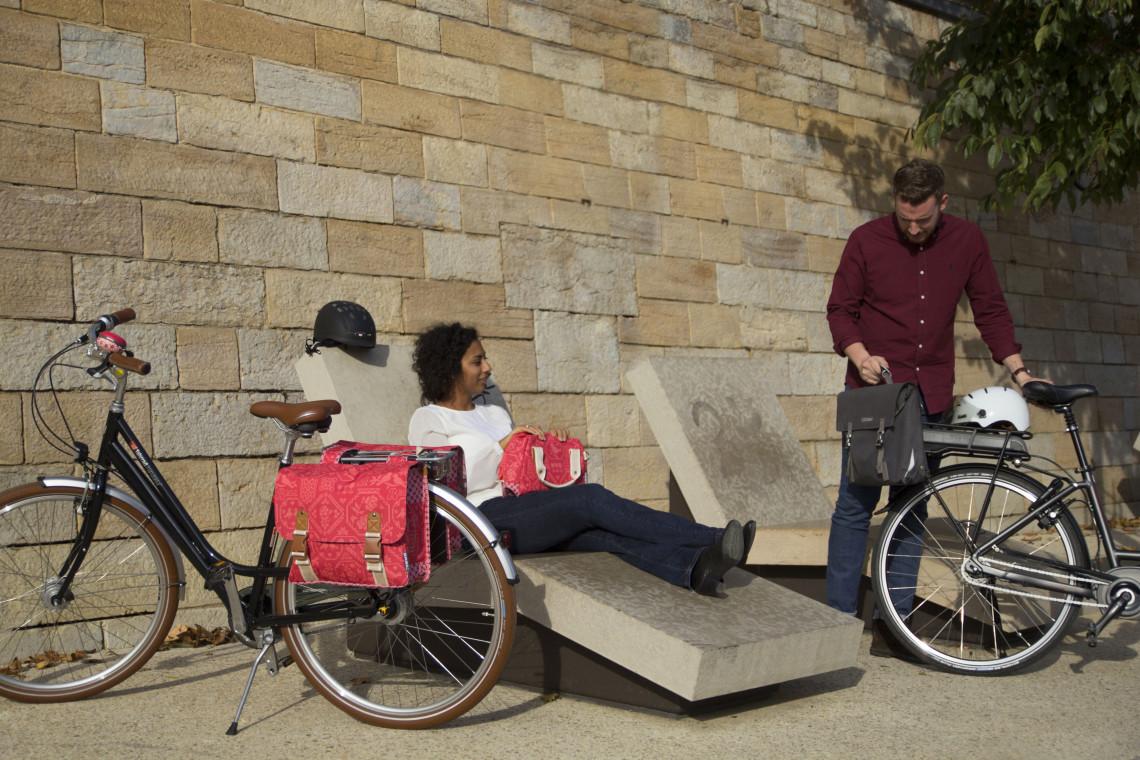 Cyclistes se reposant sur les berges du Rhône