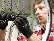 Rayonnage de roue dans une usine de vélo