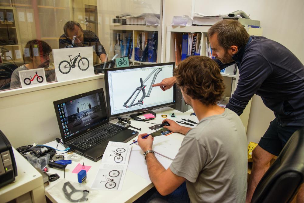 Ingénieurs de Moustache Bikes travaillant sur le design des cadres