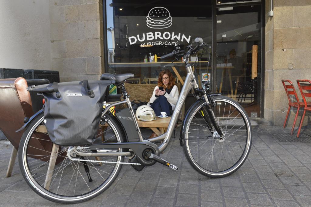 vélo électrique garé sur une terrasse
