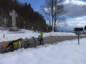 Cycliste sur une route enneigée