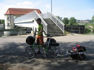 Vélo brompton en randonnée, près d'une gare