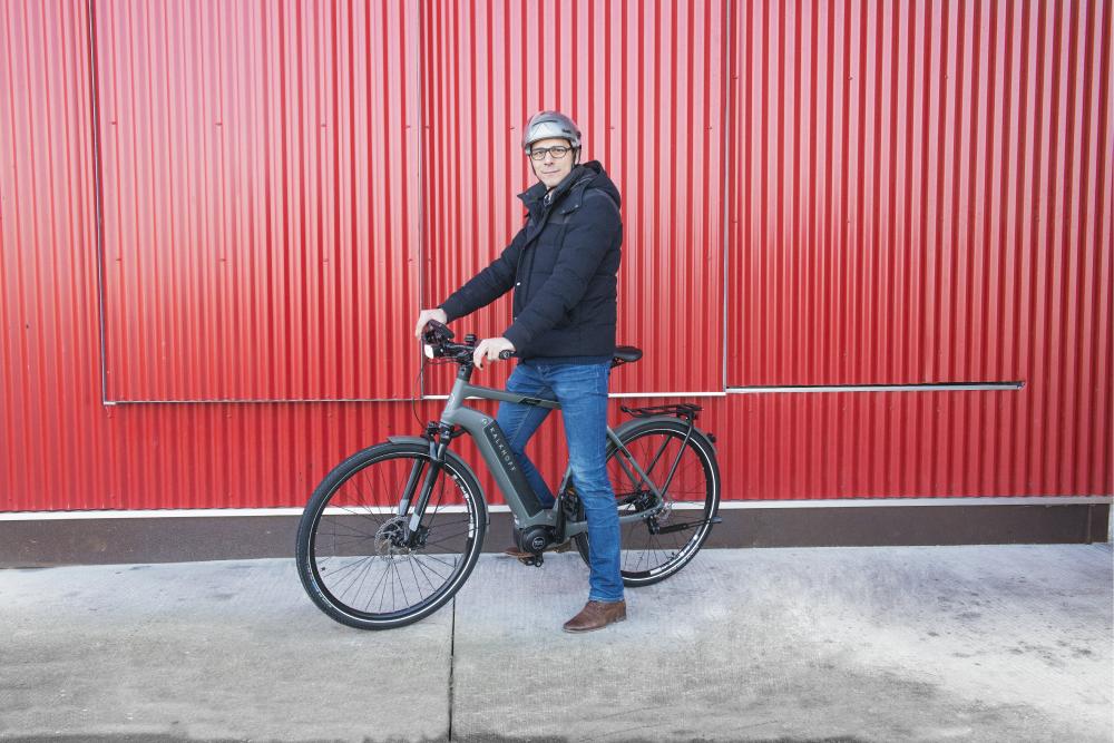 Cycliste sur un vélo électrique kalkhoff integrale à l'arrêt