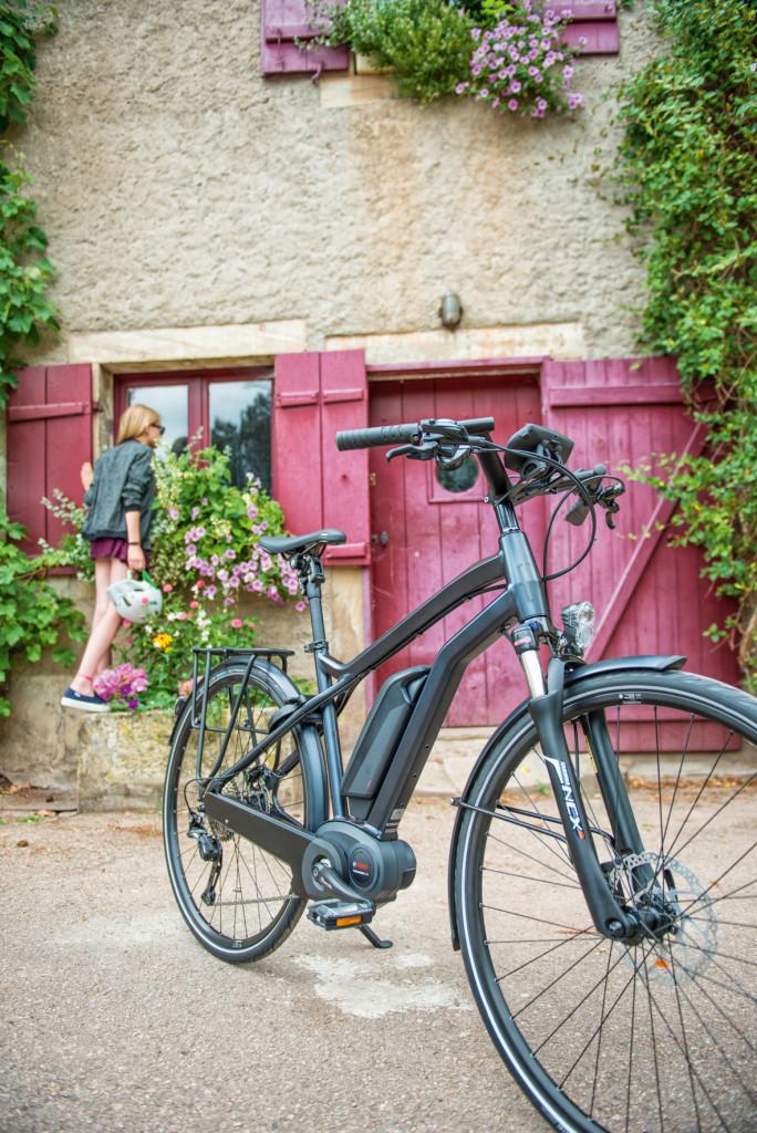 Vélo garé devant une maison dans un village