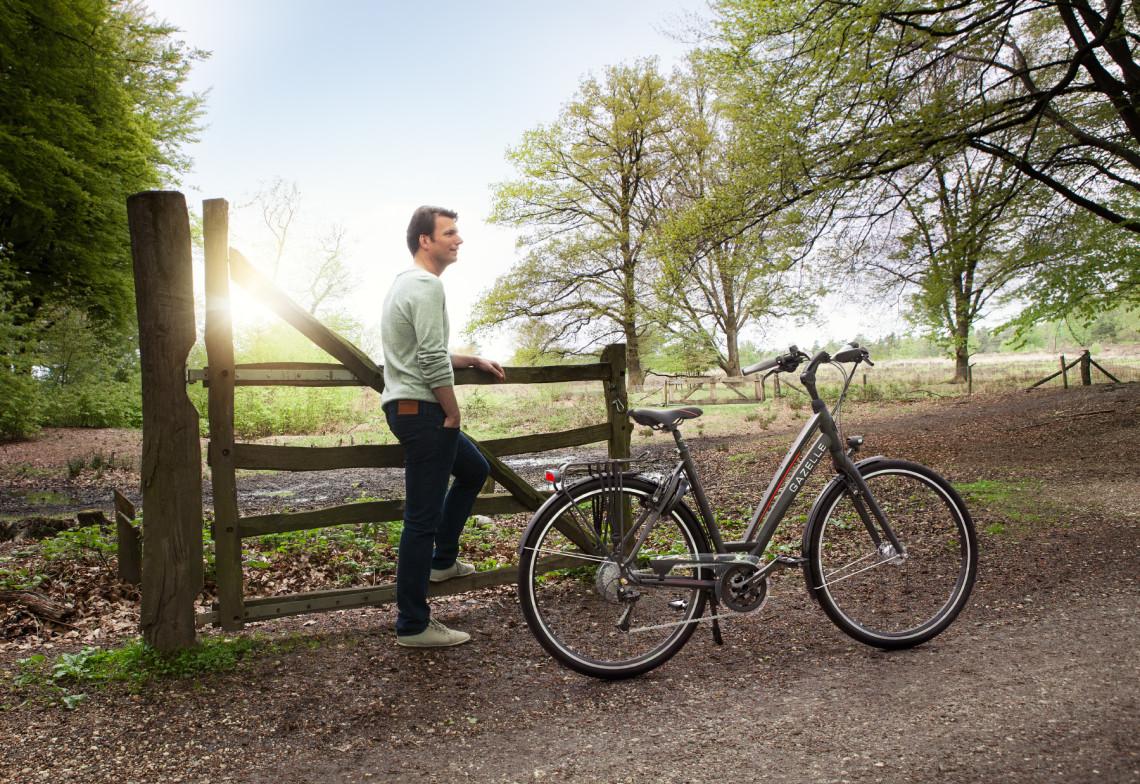Cycliste au repos à la campagne