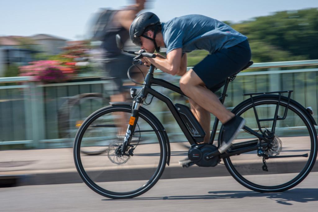 Cycliste faisant une pointe de vitesse sur un VAE speed