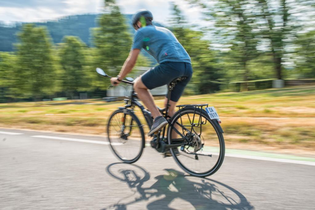 Cycliste vue de dos sur un vélo électrique rapide