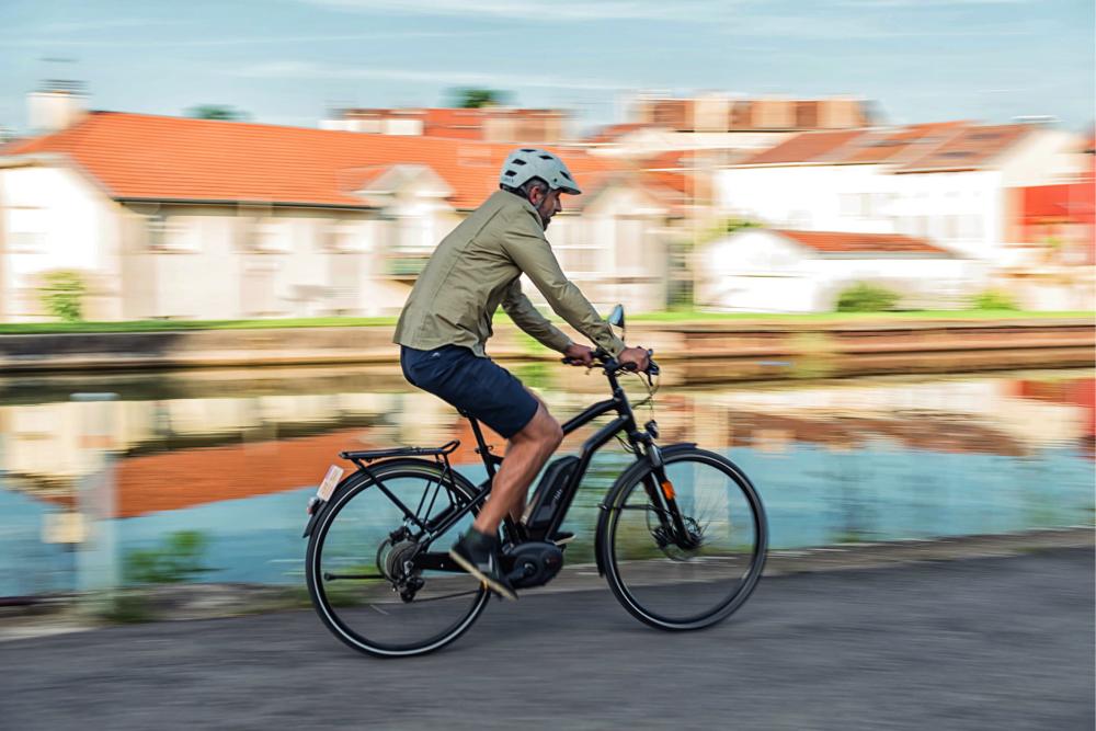 Cycliste sur un VAE 45 km/h