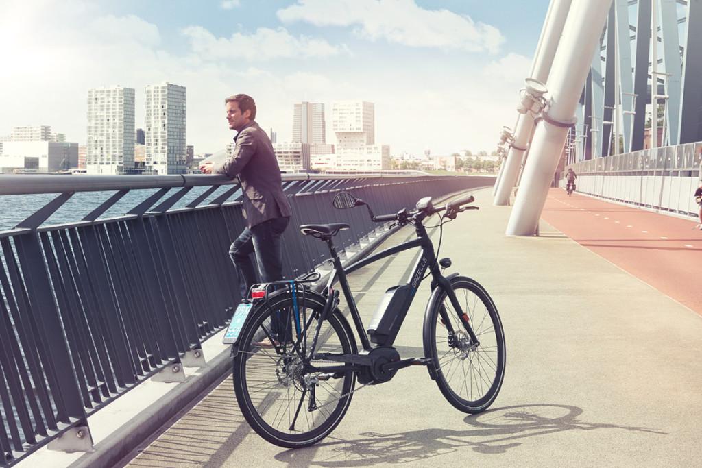 Cycliste avec un VAE de ville en pause sur un pont