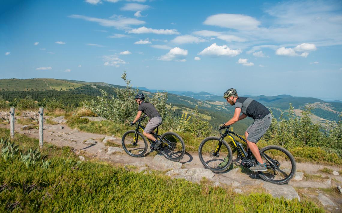 Cyclistes en train de gravir une montagne sur VTTAE