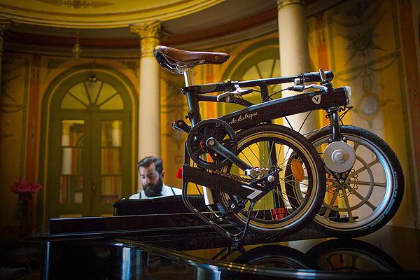 Vélo électrique plié posé sur un piano