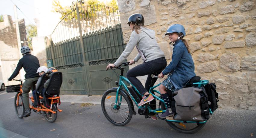 Jeune fille transportée sur le vélo rallongé de sa maman