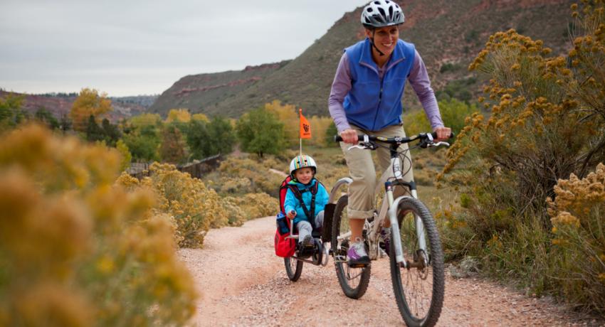 Enfant transporté dans une remorque à vélo à la montagne