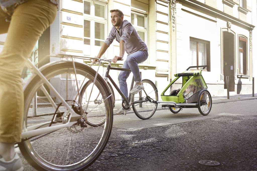 Parents avec des enfants dans une remorque à vélo