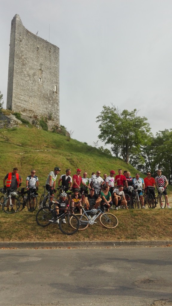 Equipe du Love Tour 2016 devant la tour de montcuq