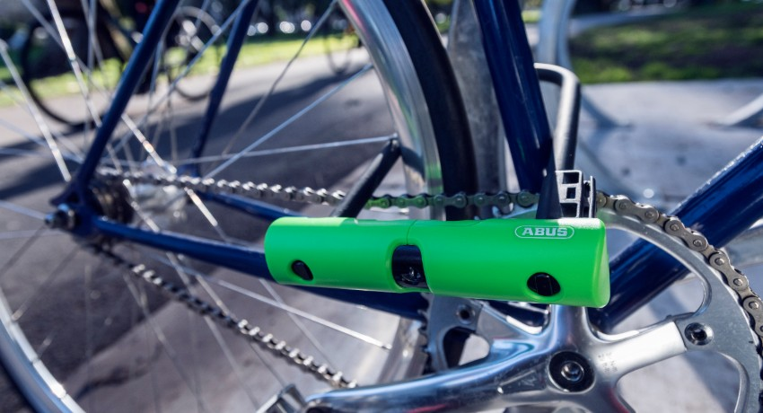 Vélo attaché à un arceau avec antivol Abus