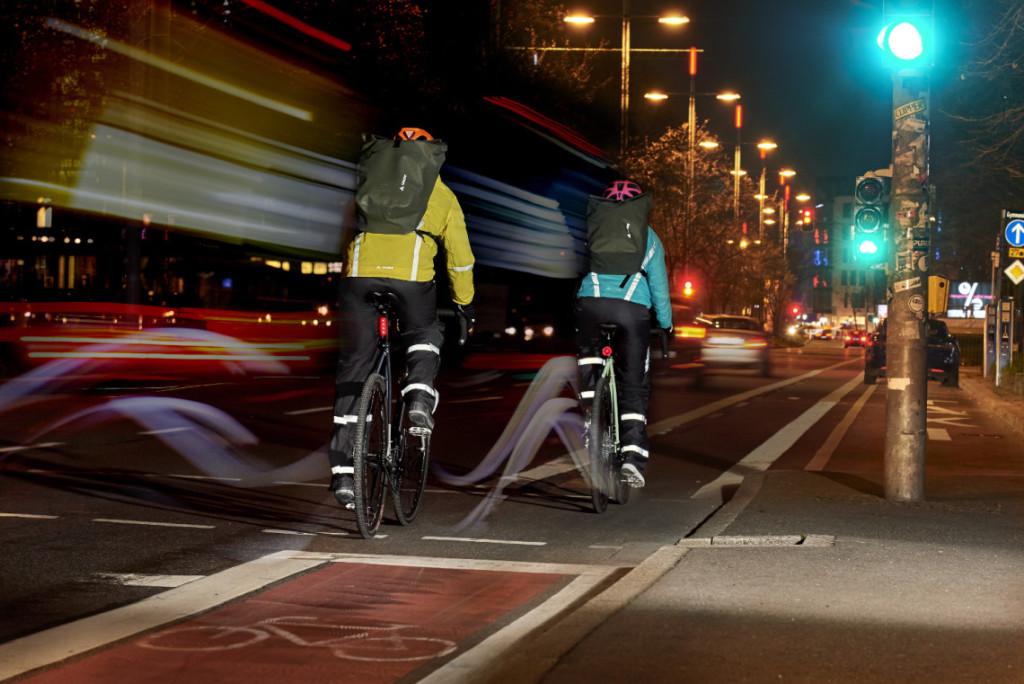 cyclistes a velo avec equipement reflechissant