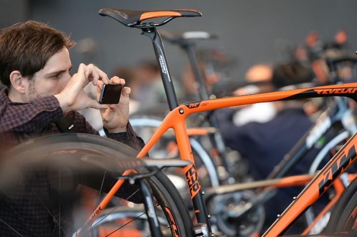 Personne qui prend en photo un vélo à Eurobike