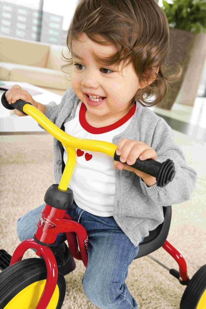 Enfant sur un tricycle puky