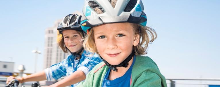 Deux enfants portant un casque de vélo