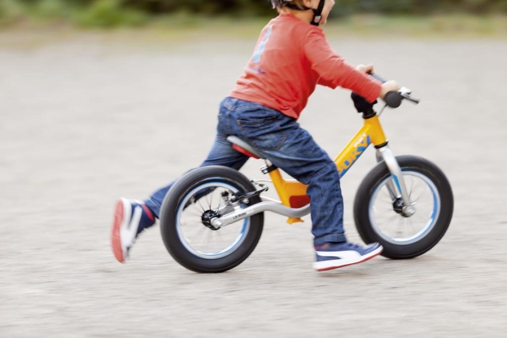 Enfant qui se déplace sur un vélo d'apprentissage