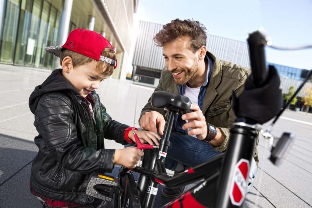 Père et son fils préparant un vélo