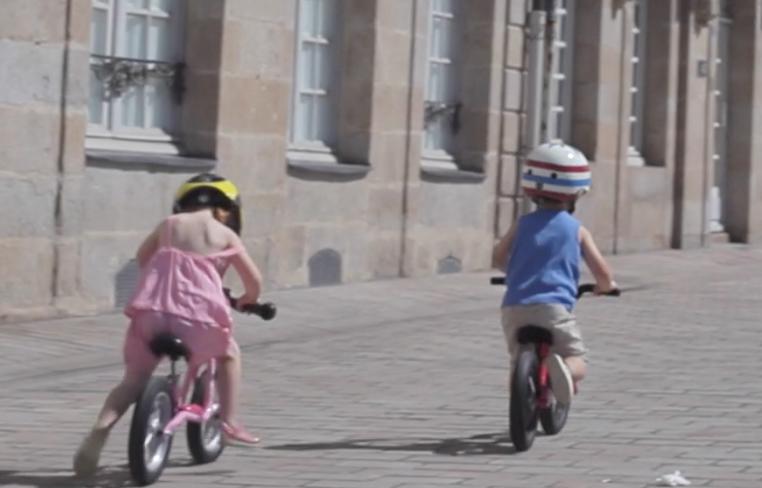 Enfants roulant sur leur draisienne