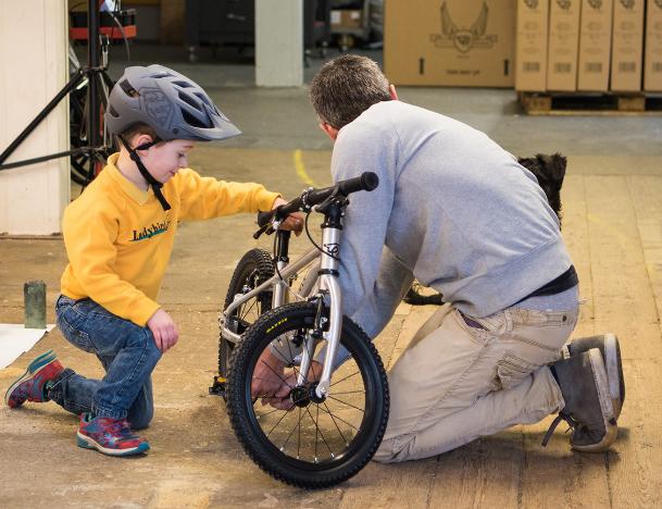 Réglage de vélo enfant entre père et fils