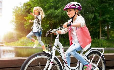 Deux petites filles jouant à vélo