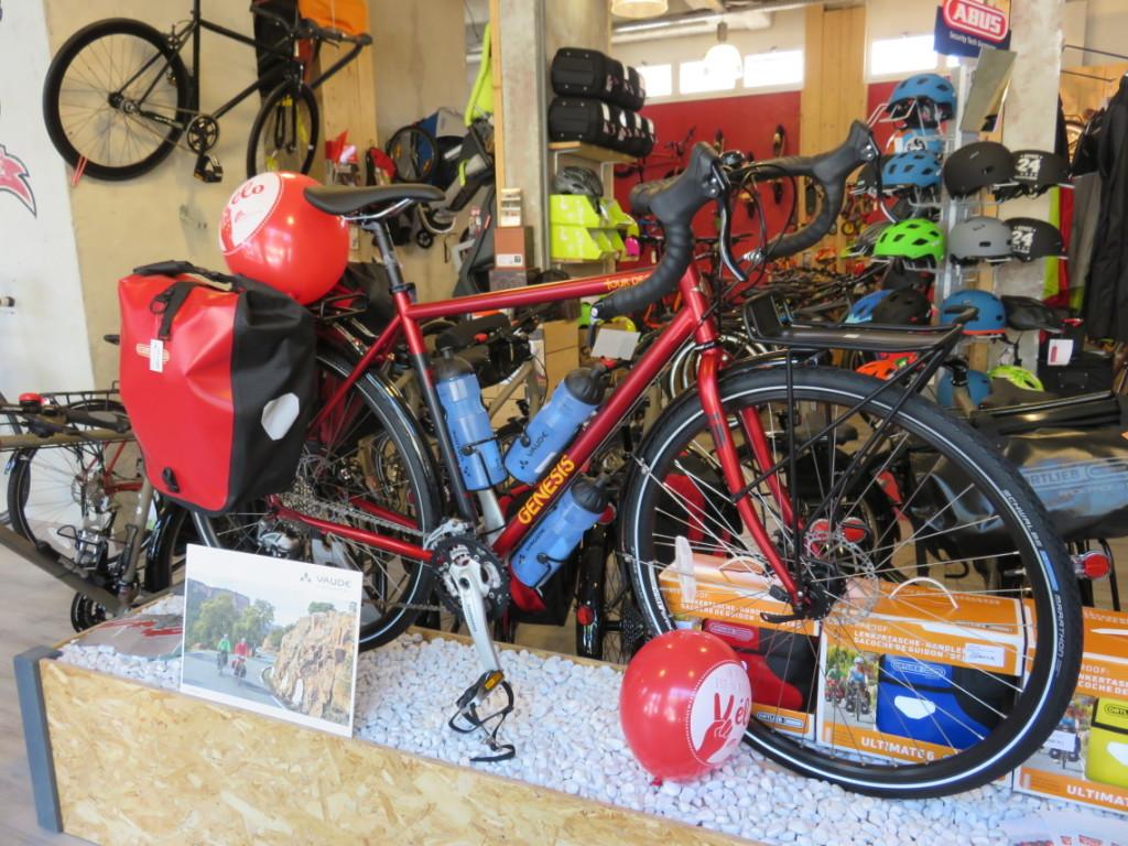 Vélo Genesis présenté avec sacoches