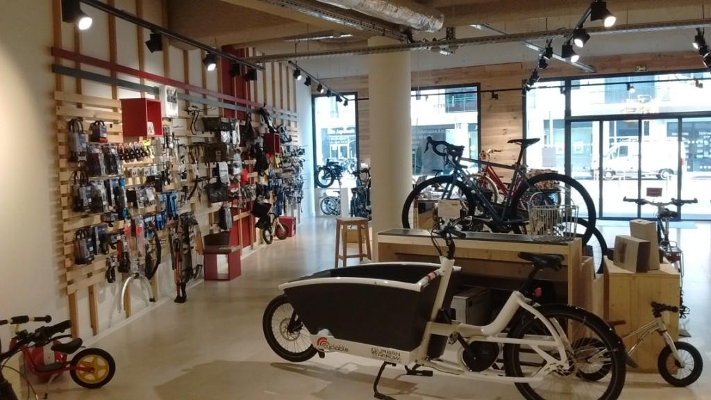 cargobike à l'intérieur d'un magasin de vélos à poitiers