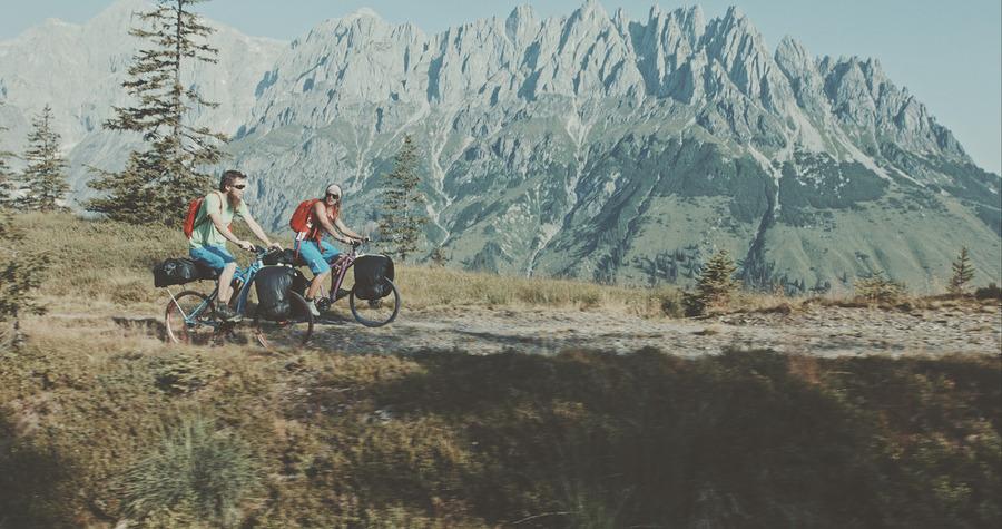 Vélo pliant et parapente à travers les Alpes