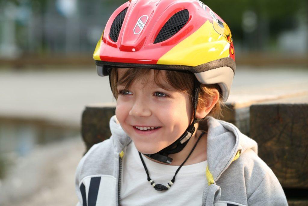 Garçon avec casque vélo sur la tête