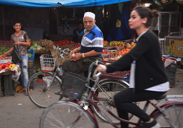 Femme à vélo en Irak