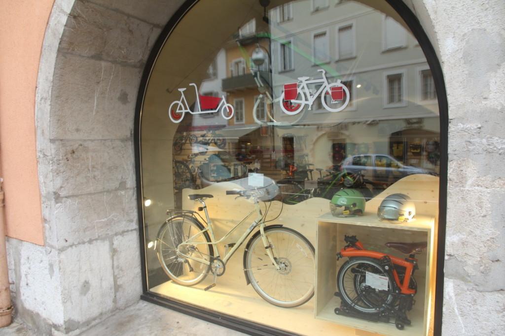 Vitrine Cyclable Chambéry avec vélo de ville