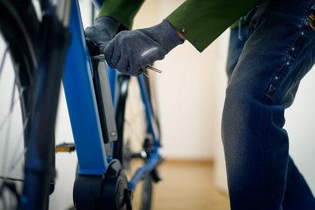 cycliste qui enlève batterie de son vae