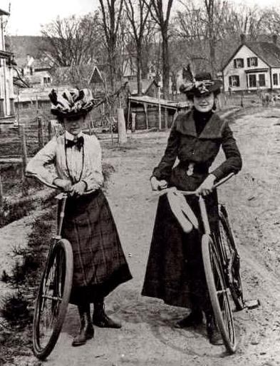 Deux femmes près de leur vélo dans les années 1900