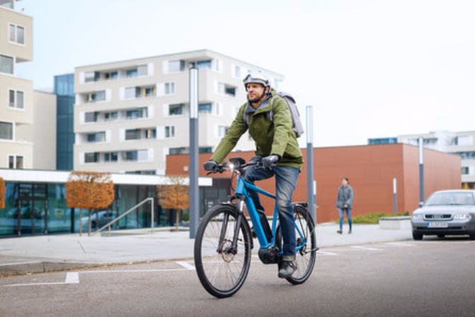 cyclsite qui pédale sur un vélo en hiver